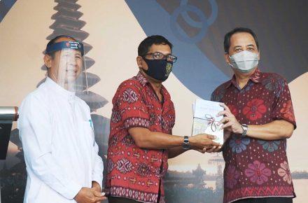 Penyerahan buku 'Agrowisata Pariwisata Berbasis Pertanian'