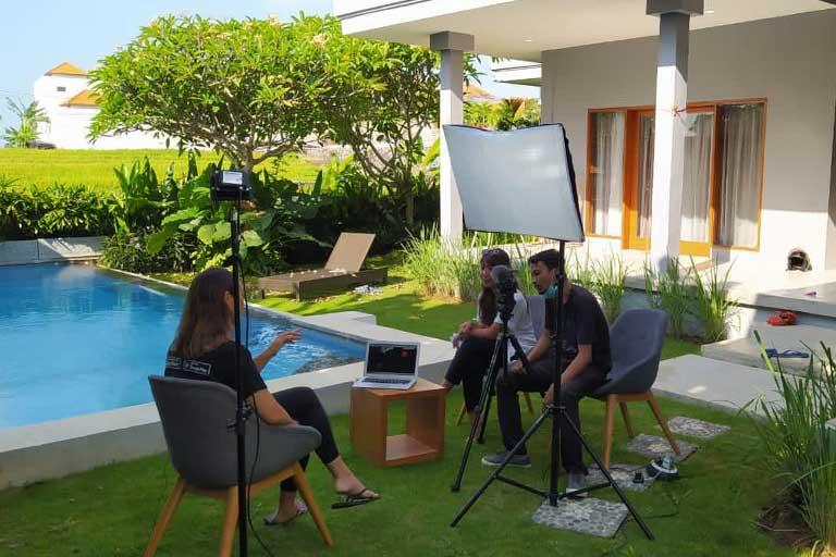 """Suasana pengambilan gambar wawancara Amanda Susanti """"Sayurbox"""" untuk Google. Foto: Oka Sudarsana."""