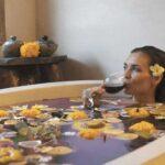 Talent memeragakan adegan mandi sambil menikmati suguhan minuman untuk pembuatan Video Villa Hotel Bali. Foto: Memora Productions.